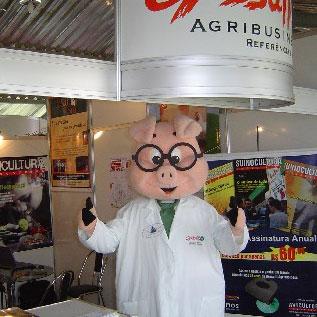 Prof. Suíno no estande da Gessulli., Show Rural Coopavel 2005, Show Rural Coopavel 2005