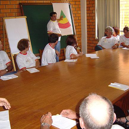 Paulo Zacouteguy (em pé) explicando o trabalho, Dia de Granja Frango Seva, Dia de Granja Frango Seva