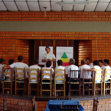 Carlos Eduardo (em pé) Técnico da Vitagri, Dia de Granja Frango Seva, Dia de Granja Frango Seva