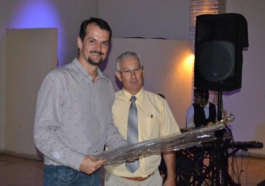 Gerente de Produtos e Serviço Técnicos da Merial, Carlos Jeovane Pereira, foi homenageado no jantar APA 2011, ,