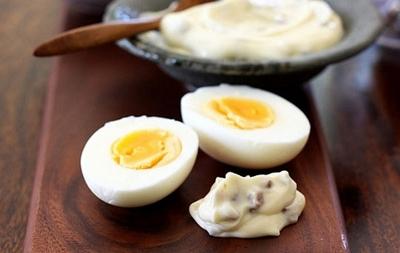Ovos cozidos recheados com maionese de bacon