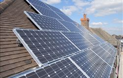 Professor substitui ar condicionado por teto solar e corta consumo de energia pela metade
