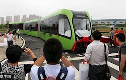 China testa veículo elétrico e autônomo de baixo custo que combina ônibus, trem e bonde