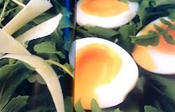 Ovos Mollet com Rúcula e Lascas de Parmesão