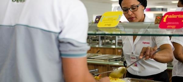 Líder em serviços de alimentação comprará apenas ovos livres de gaiolas
