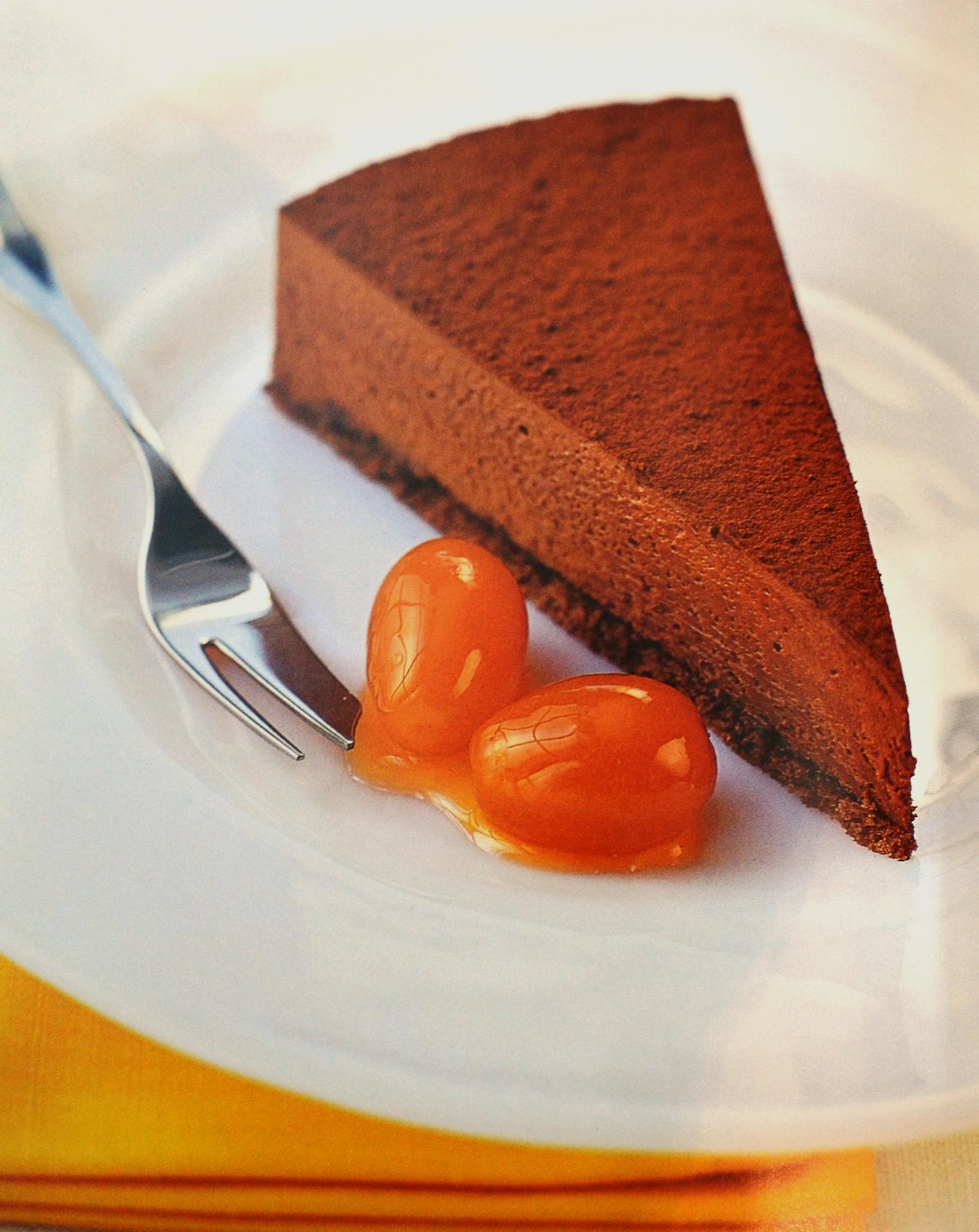 Bolo trufado de chocolate com laranjas kinkan em calda