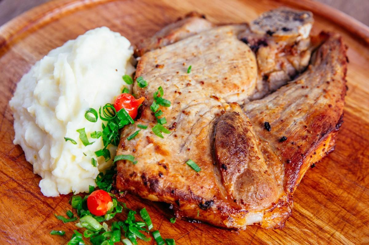 Pernil de porco com purê de batatas
