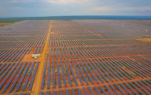 Parque solar com 330 mil painéis inicia operação na Bahia