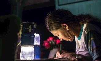 Empresa e associação levam lampiões de energia solar para Amazônia
