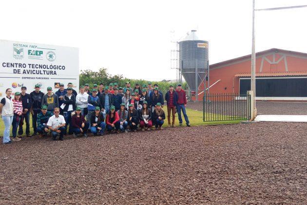 CTA de Assis abre portas do aviário-escola a alunos de agropecuária