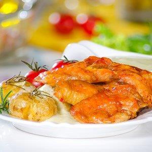 Petiscos de frango com batatas assadas ao molho de gorgonzola
