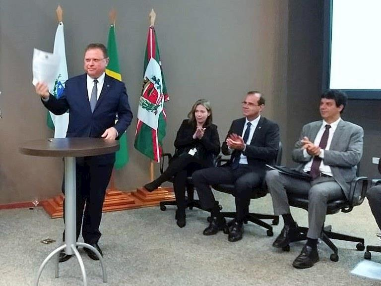 Blario Maggi assina normativas que facilitam comércio internacional
