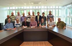 Três municípios assinam contrato para liberação de recursos destinados à construção de aviários