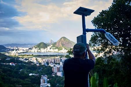 Comunidade do RJ recebe postes de luz movidos à energia solar