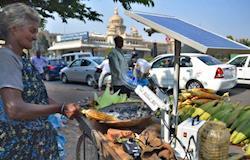 Vendedora de rua usa energia solar para assar milho