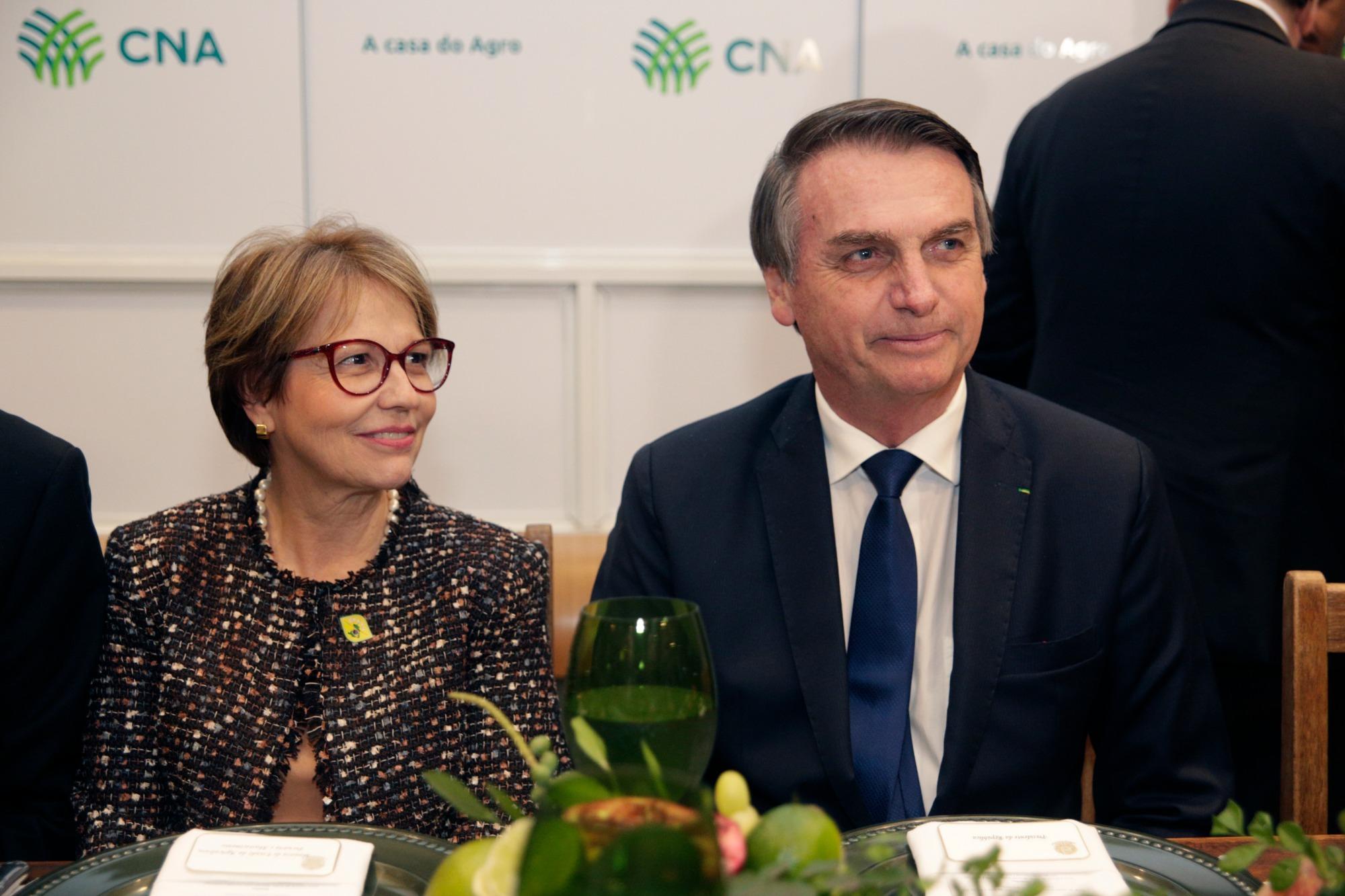 Bolsonaro participa de jantar com embaixadores e diz que está de braços abertos a todos