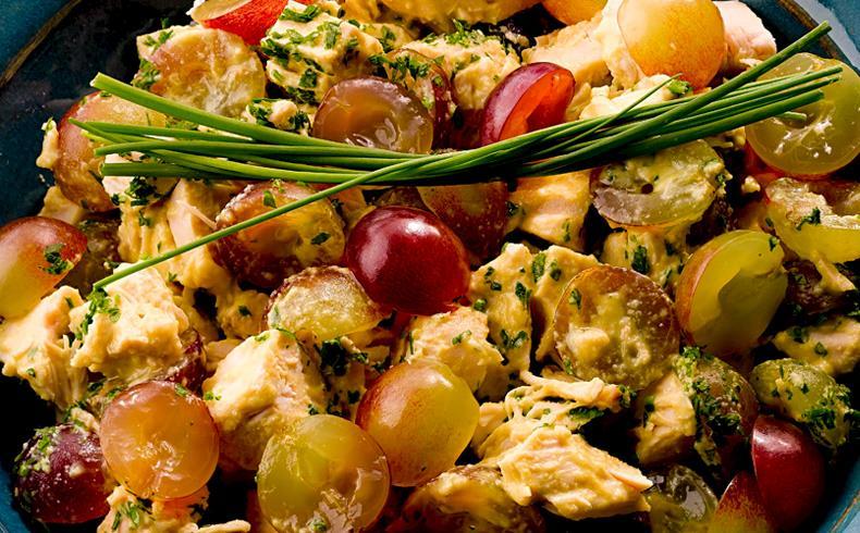 Salada de frango com uva e molho de mostarda
