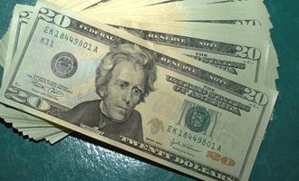 Dólar tem leve alta contra real mas caminha para fechar 2ª semana de perdas com melhora no ambiente doméstico