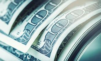 Dólar cai em meio a apetite global por risco com esperanças de estímulo nos EUA