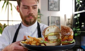 """Restaurante em Israel propõe servir frango de laboratório, uma """"revolução alimentar"""""""