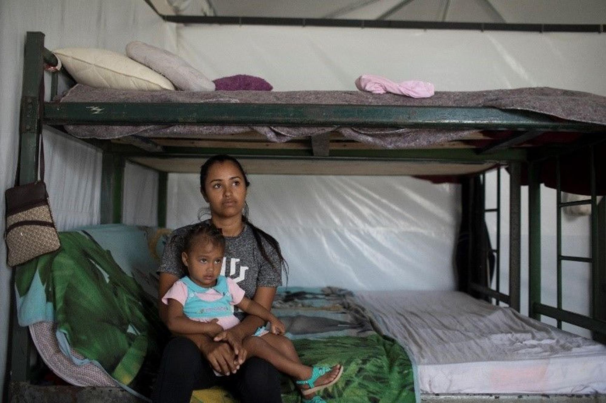 Estado de Roraima. Uma mãe venezuelana sentada com sua filha em uma cama em um centro de acolhimento de migrantes. , Crédito: MORIYAMA,  Victor/CICV, Desafio da Marel destina recursos à Cruz Vermelha no Brasil, Desafio da Marel destina recursos à Cru