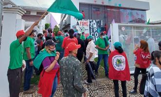 Militantes do MST e Via Campesina vandalizam sede da Aprosoja em Brasília